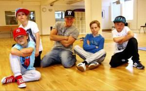Hannes Almström, Simon Strålman, Victor Larsson och Johannes Almer tillsammans med koreografen Johnny Johansson (i mitten) Foto: Petra Lundgren